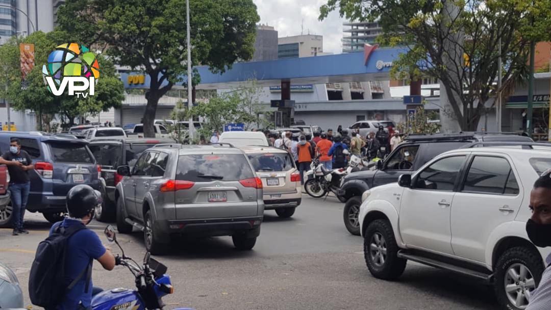 Siguen las filas: conductores en Chacao exigen les surtan de gasolina