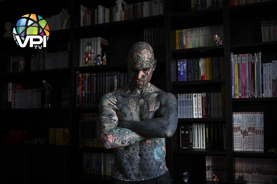 Con más de 460 horas de dedicación y 57.000 euros invertidos, Sylvain Hélaine (conocido como Freaky Hoody en las redes sociales) es el hombre más tatuado en Francia: ninguna parte de su cuerpo se escapa de la tinta.