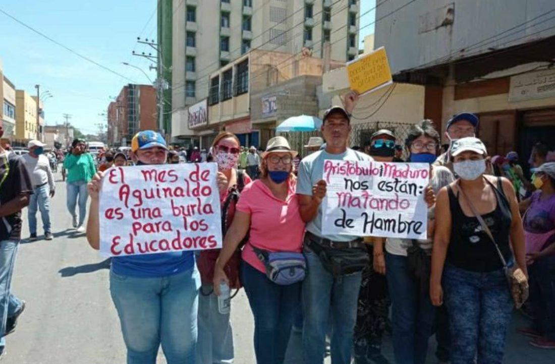 Docentes salieron a las calles para exigir reivindicaciones