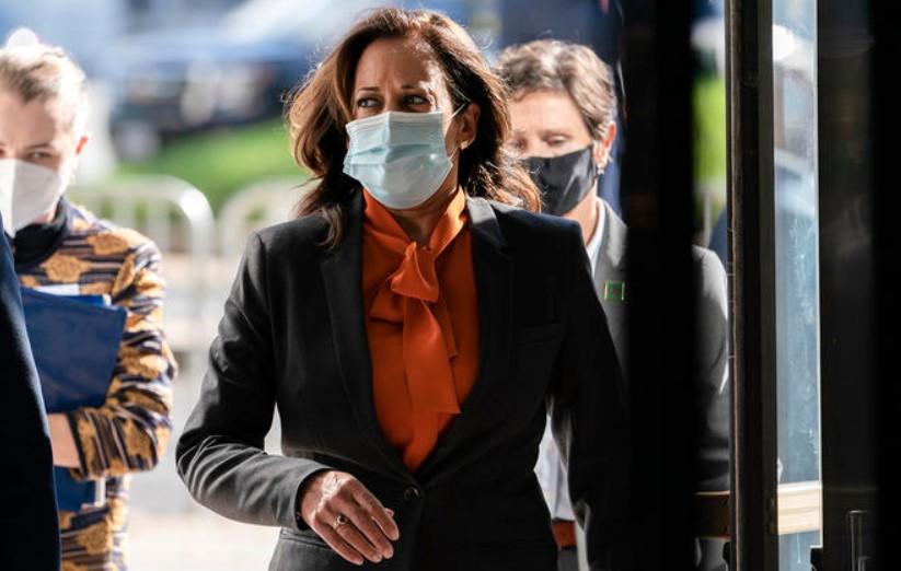 Kamala Harris suspendió actos de campaña por contagios de Covid-19