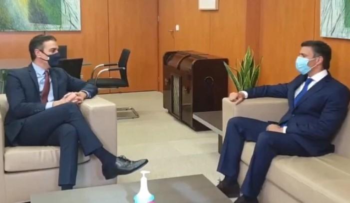 Encuentro entre Leopoldo López (d) y el presidente de España, Pedro Sánchez (i)