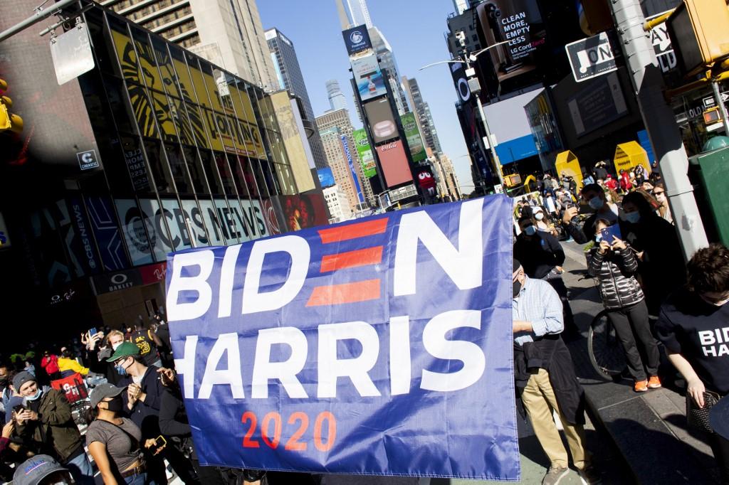 Miles de personas en EEUU celebran la victoria de Biden