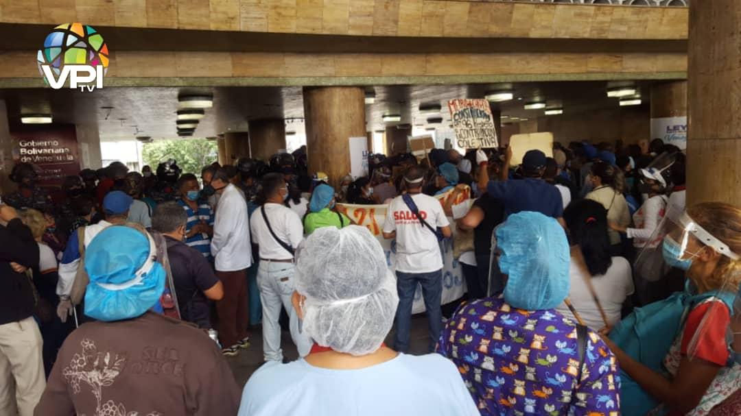 ¿Aumento salarial? Sectores salud y educación protestaron frente al Ministerio del Trabajo