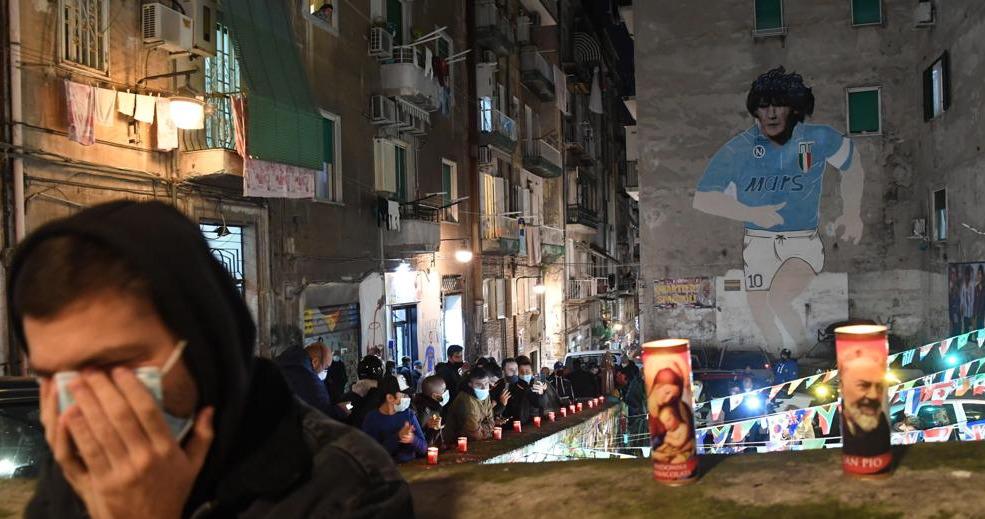 Nápoles despide a Maradona con diferentes homenajes