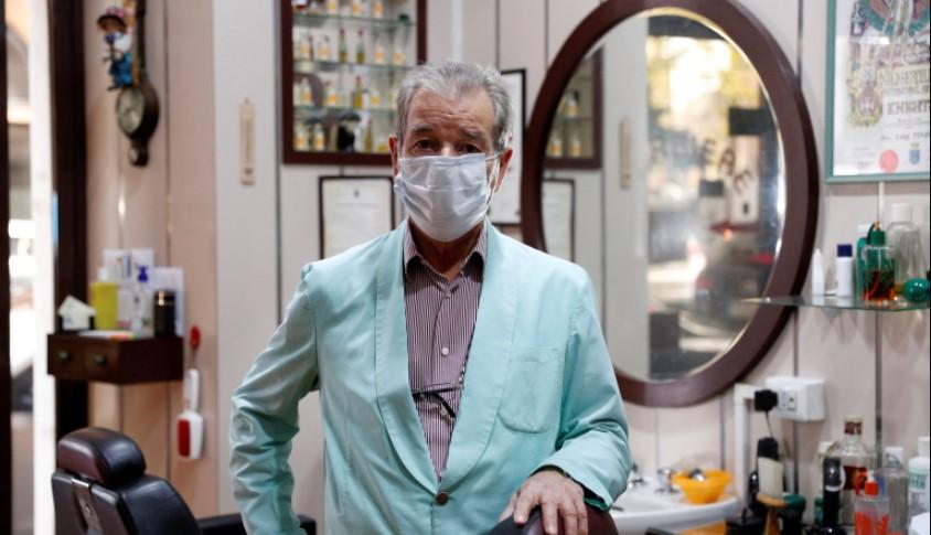 Luego de siete décadas: colgó la tijeras un histórico barbero italiano