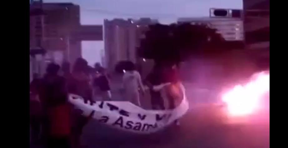 Comunidad en Nueva Esparta quemó pancarta del chavismo en exigencia de agua