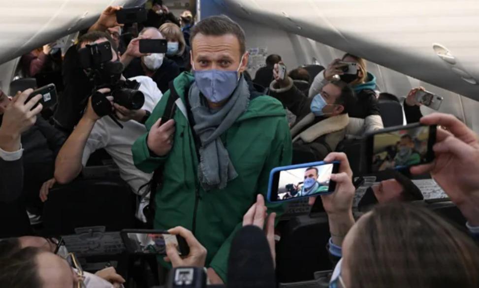 Navalni en el avión que lo llevó a Rusia