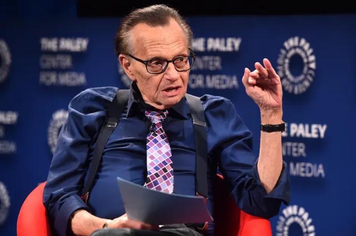 El 'showman' en apuros: Larry King fue hospitalizado por covid-19